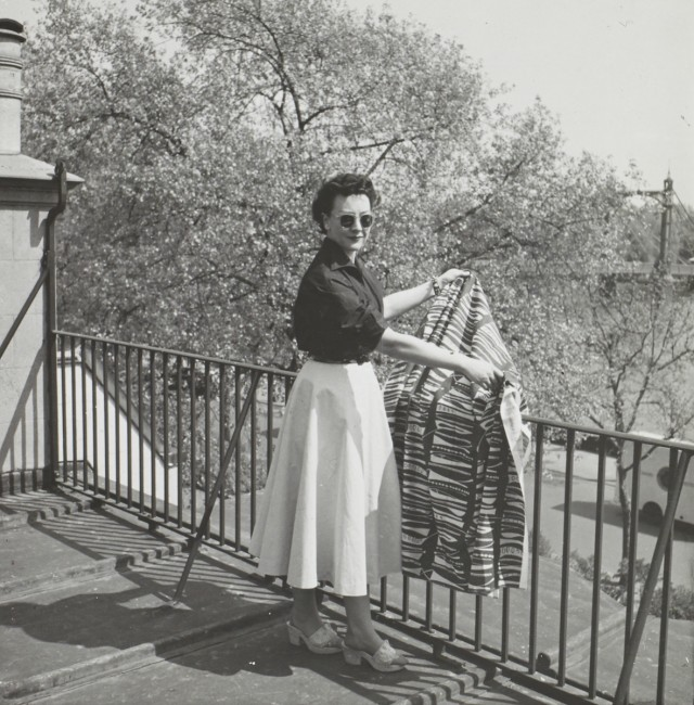 Lucienne Day with Foreshore (1952) on roof of Cheyne Walk, 1950s | © Robin & Lucienne Day Foundation