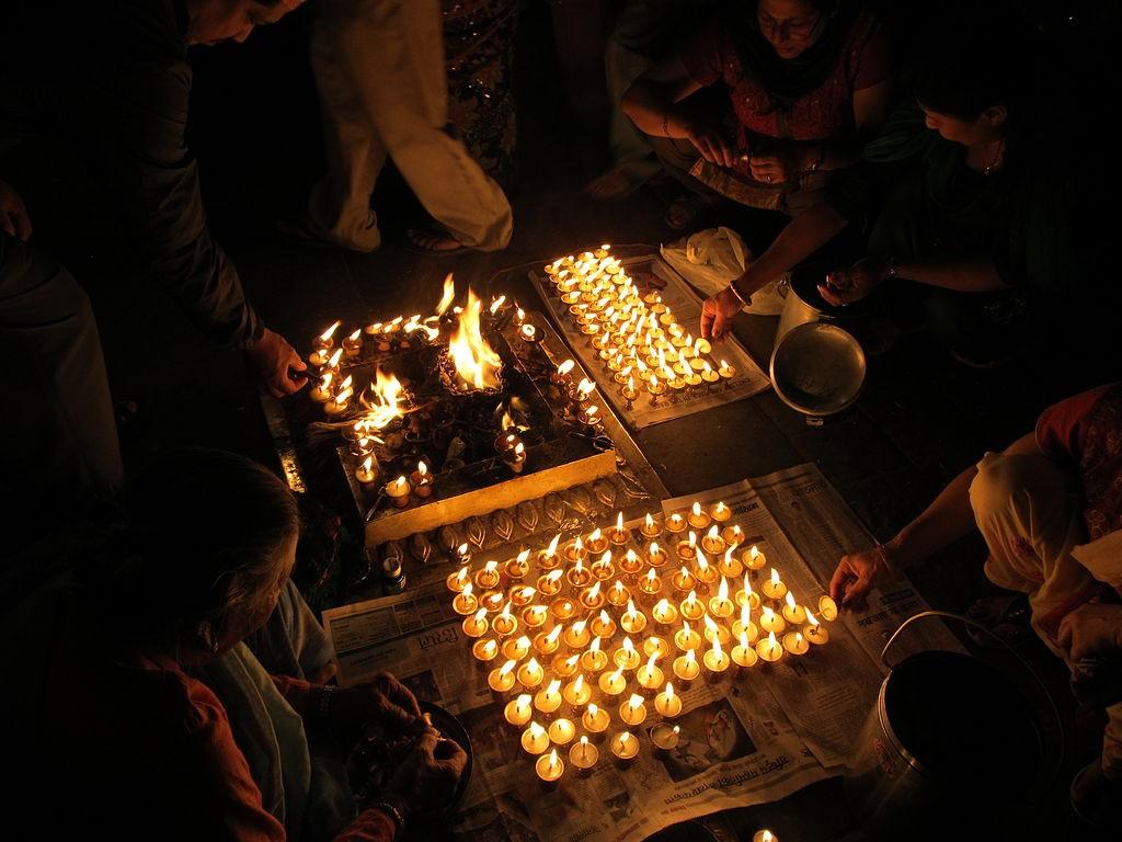 Lighting hundreds of butter lamps  © sundar1/Wikimedia commons