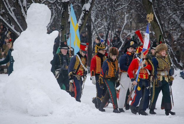 Members of an historic club wearing 1812-era French army uniforms © Dmitri Lovetsky/AP Photo