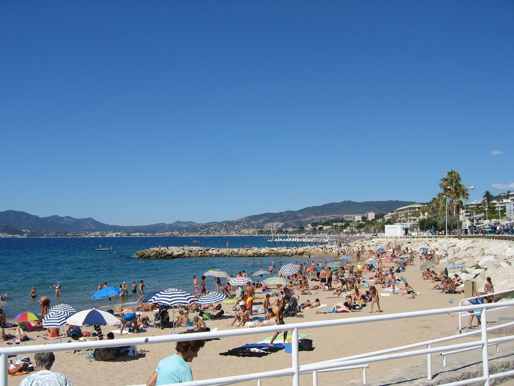 The Plage du Midi is close to the centre of Cannes and a popular public beach | © Dylan JC/Flickr