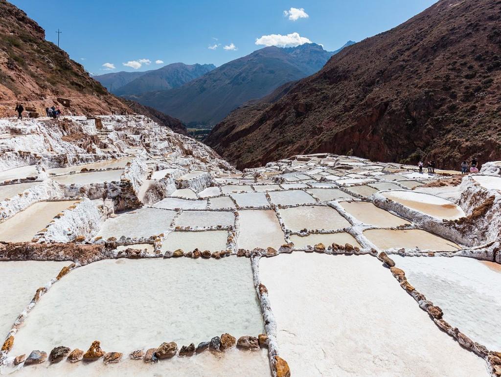1196px-Salineras_de_Maras,_Maras,_Perú,_2015-07-30,_DD_12