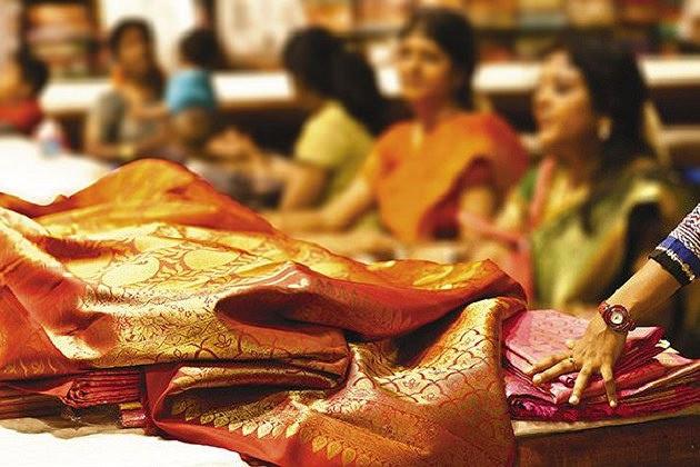 A bright Indian saree © Durgarao Vuddanti, Flickr