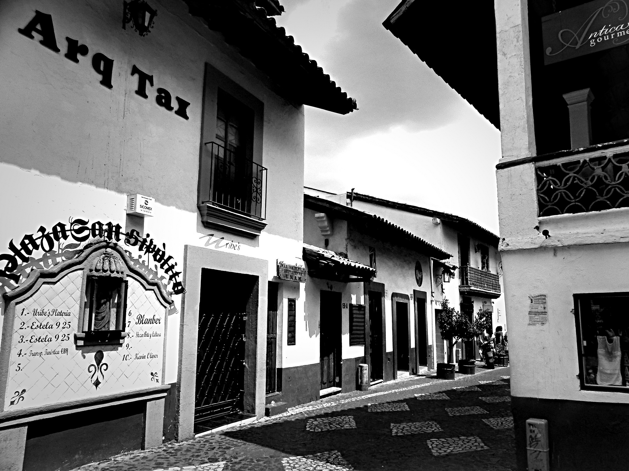 A street in Taxco, where you can find much folk art   © FaustoCepeda/Flickr