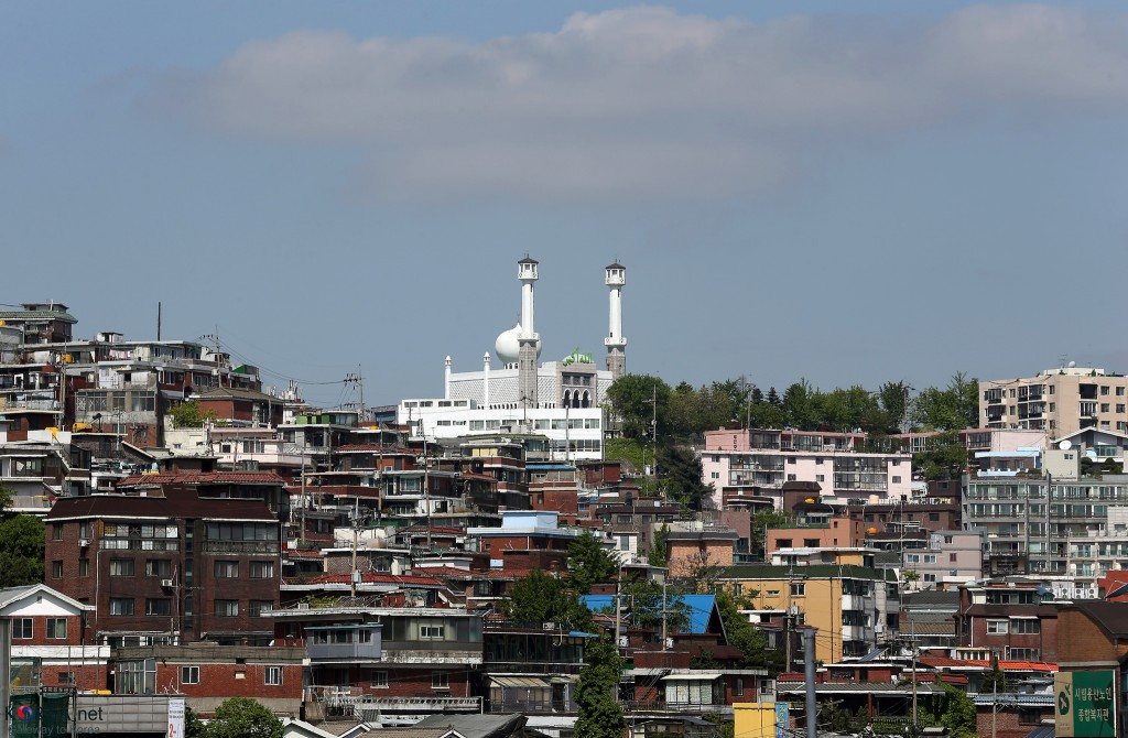 Seoul Central Mosque towers over the multicultural district of Itaewon | © KoreaNet / Flickr
