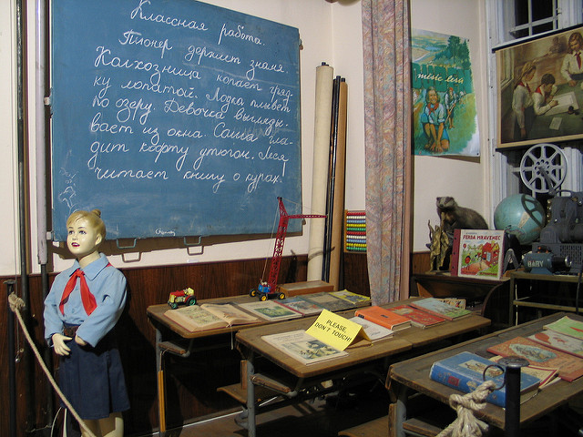 Recreated classroom at the museum / ©Salim Shadid / Flickr