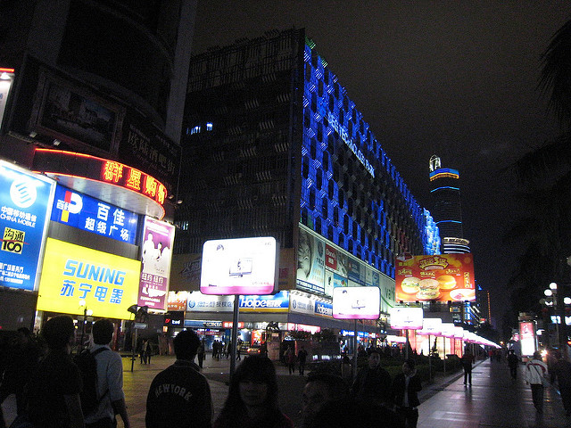 Hua qiang lu on a weeknight (c) Connie ? Flickr