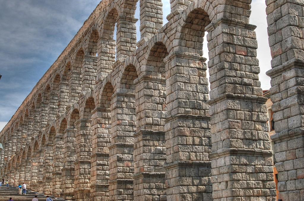 Segovia's massive Roman aqueduct | © David Sanz/Flickr