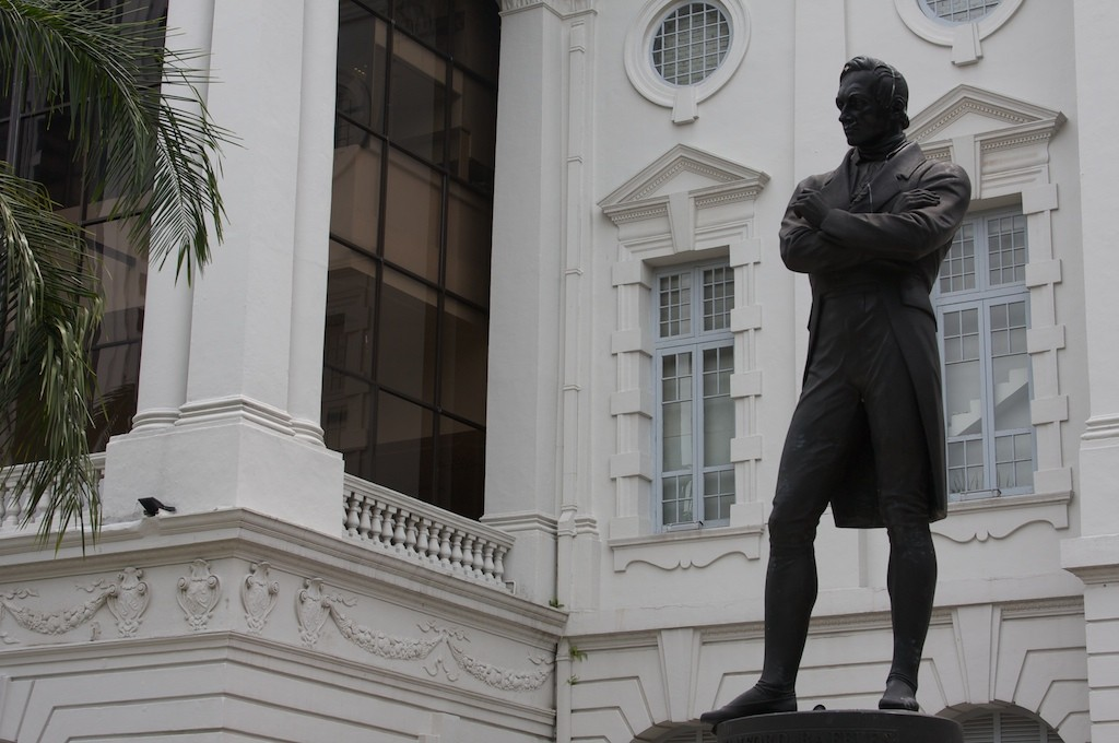 Sir Stamford Raffles statue outside of Victoria Concert Hall | © Brian Holsclaw