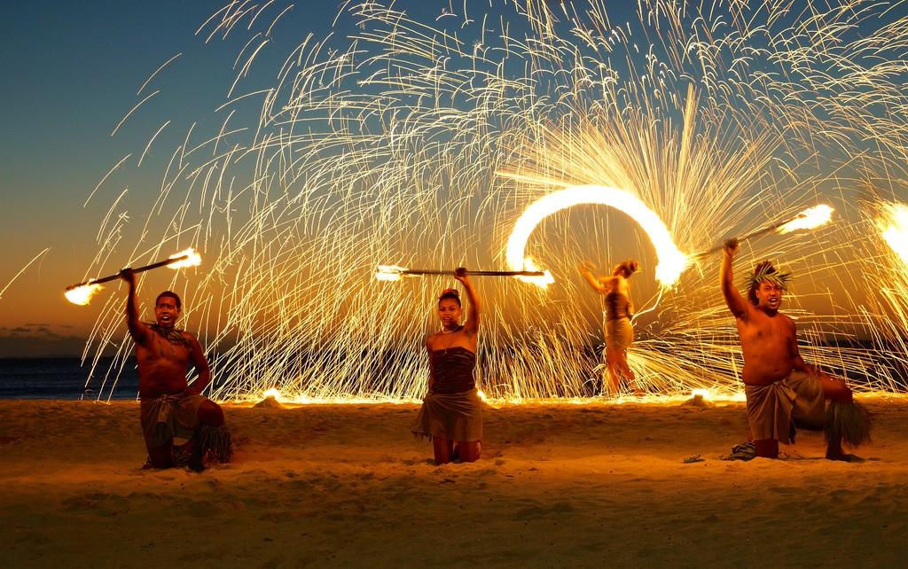 Fire dancing, Fiji | © Romain Pontida / Flickr