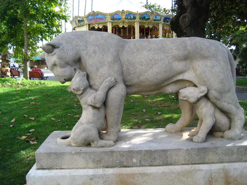 The statue of a lioness and her cubs on La Croisette   © David Avoura King/flickr