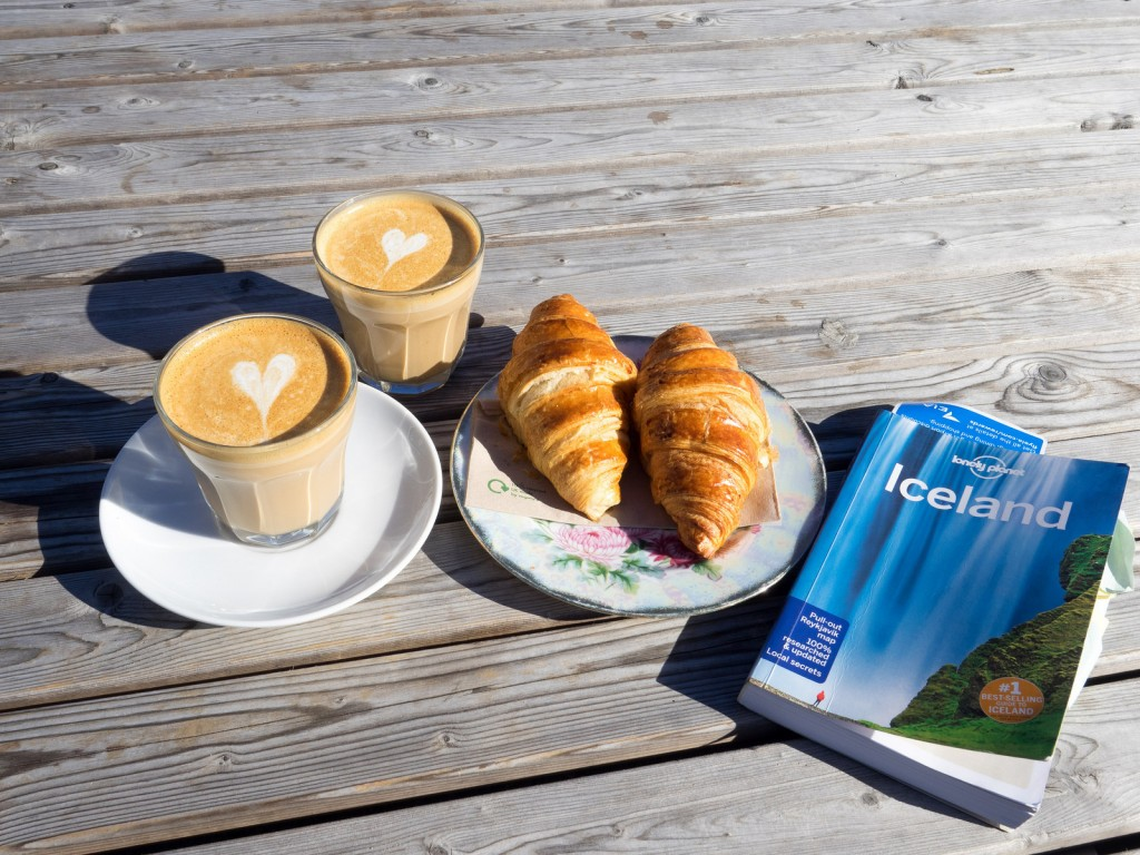 Coffee and a book cant go wrong | © Les Williams - Flickr