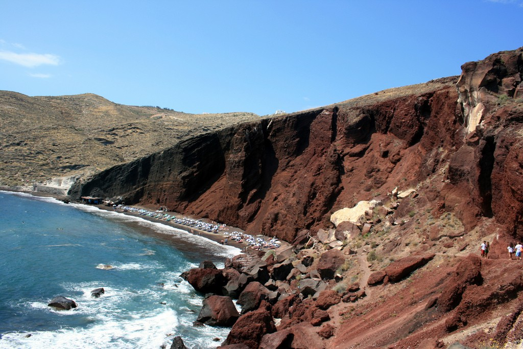 Red Beach in Santorini, with red and black volcaninc rocks and sand | © Abir Anwar/Flickr