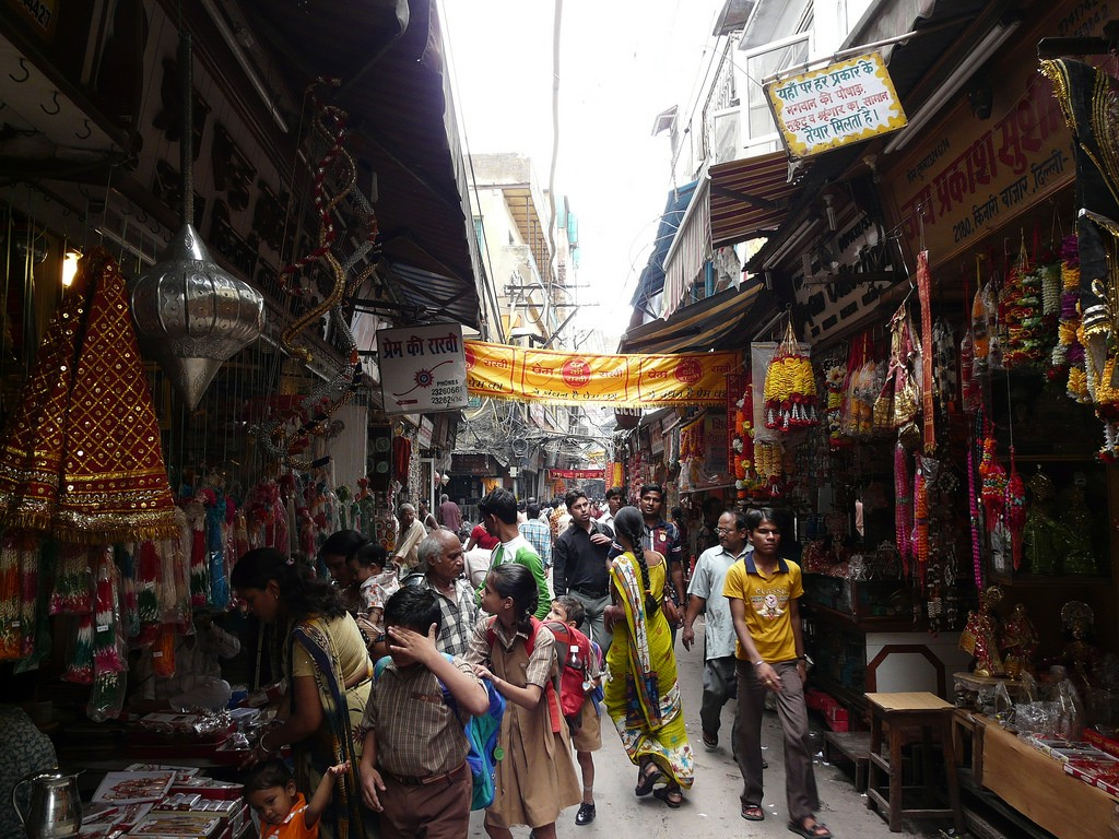 A narrow, busy street of Kinari Bazaar © Varun Shiv Kapur/ Flickr