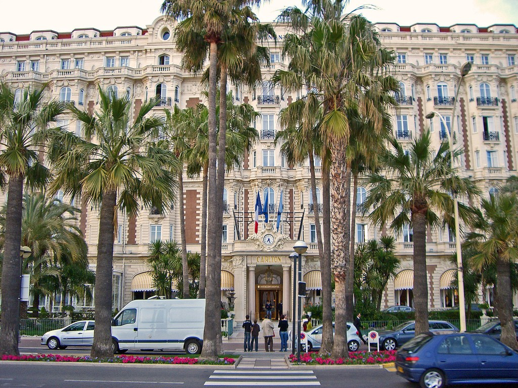 An afternoon on La Croisette wouldn't be complete without a visit to its most famous hotel, The Carlton | © BsOu10e0/flickr