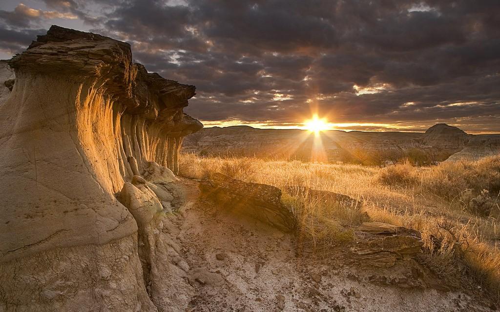 Hoodoos at Sunset in Dinosaur Provincial Park | © Jonebabana / Flickr