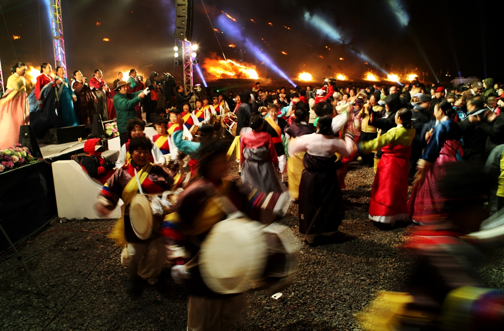 Participants celebrate the beginning of spring at Jeju Fire Festival | © Jeju Tourism Organization