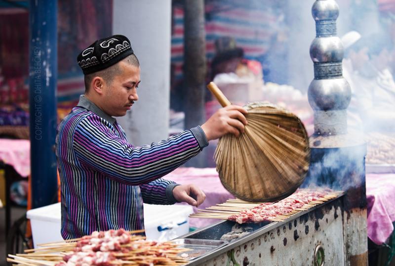 A Hui Man Fans Lamb Kebabs | ©whiz-ka/Flickr