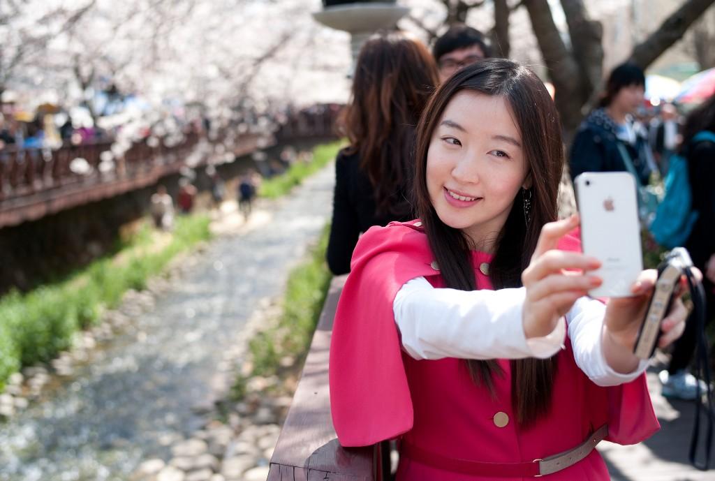 Cherry blossom selfie in Jinhae | © Thomas Park / Flickr