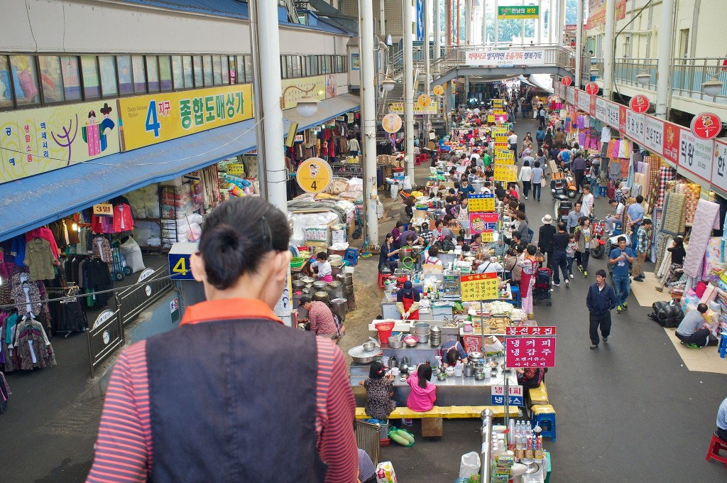 The hustle and bustle of Seomun Market | © Ji Hoon Kim / Flickr