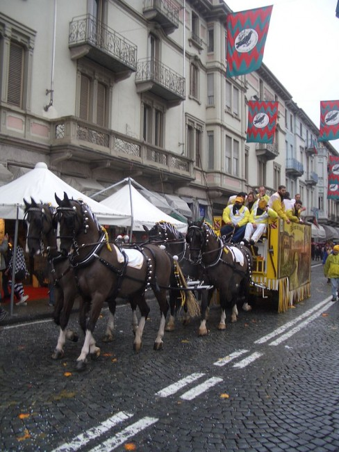 A carriage pulled by four horses that will be used in the battle