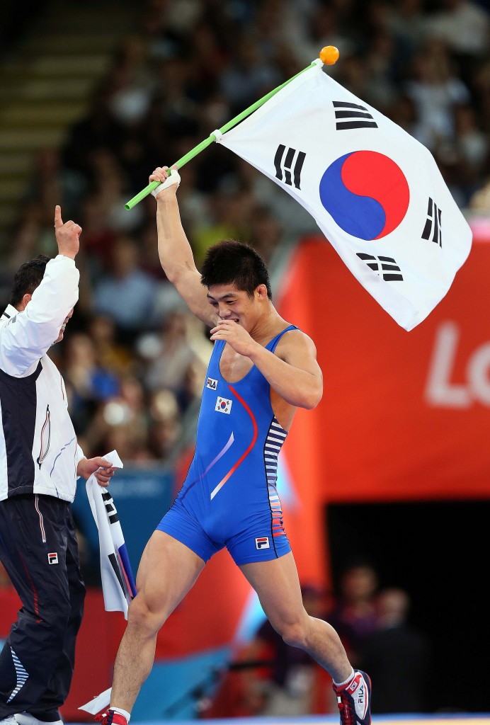 Korean wrestler Kim Hywon-woo displays the Taegukgi after his gold medal win in the men's 66kg Greco-Roman at the 2012 London Olympic Games | © KoreaNet / Flickr