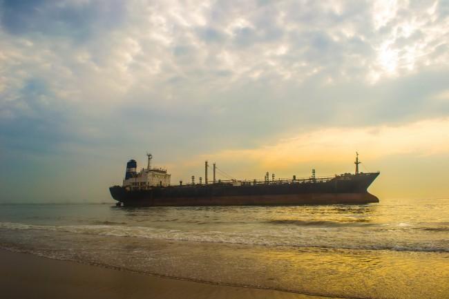 "The oil tanker that ran aground off Chennai Marina beach during Cyclone ""Nilam"" | © Thangaraj Kumaravel / Flickr"