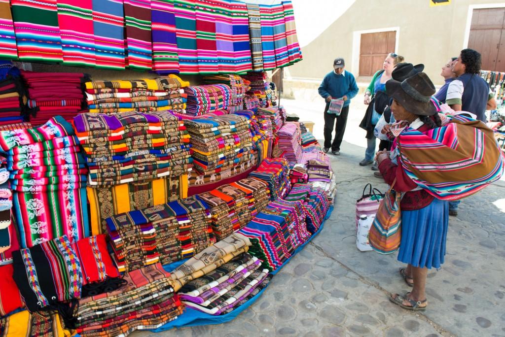 Cholita checking out some handicrafts   © vincentraal/Flickr