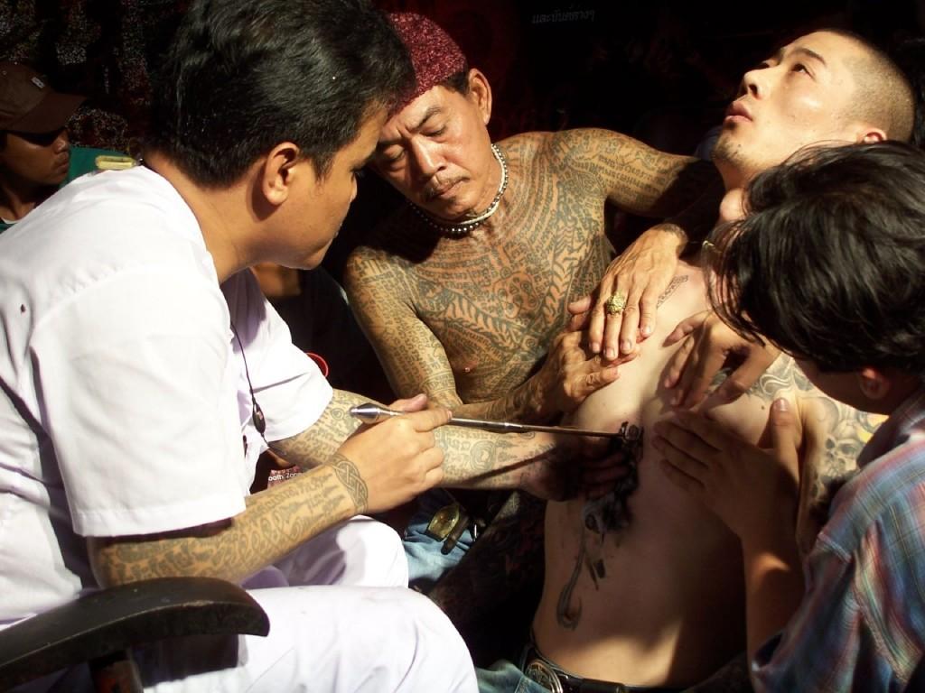 A man receiving a tattoo at a Thailand tattoo festival | © Binder.donedat / Flickr
