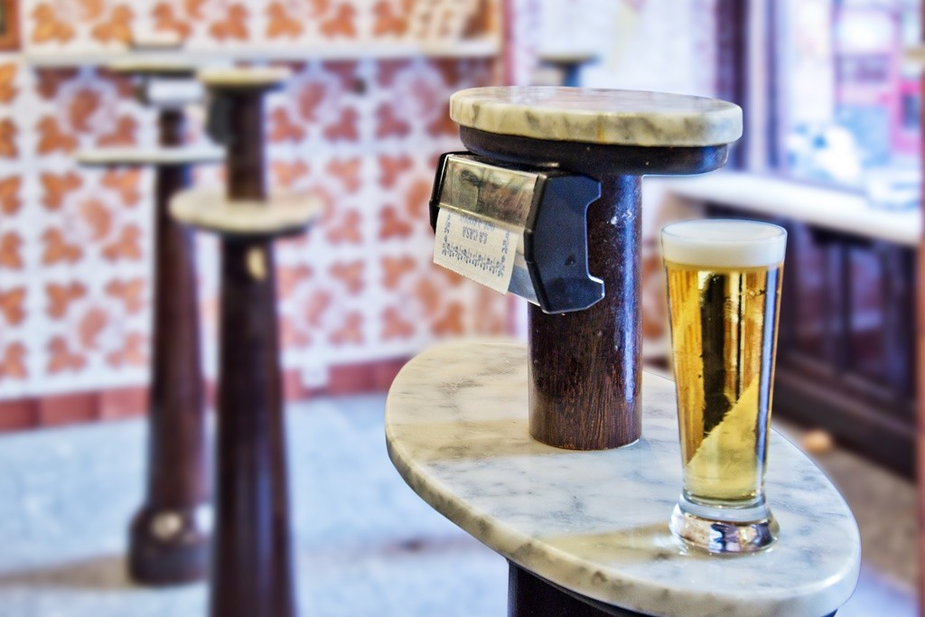 A beer and a high top table | © Casa del Abuelo