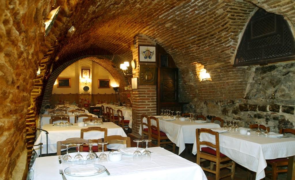 Dine in the wine cellar| © Botin