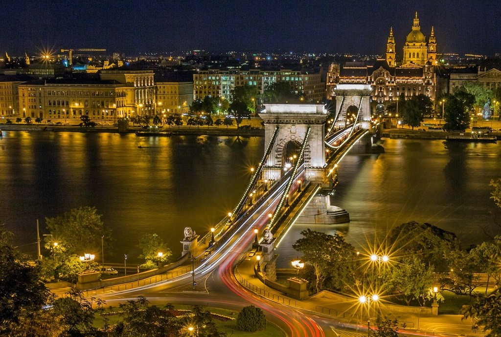 Chain Bridge Budapest https://pixabay.com/en/chain-bridge-budapest-hungary-111326/