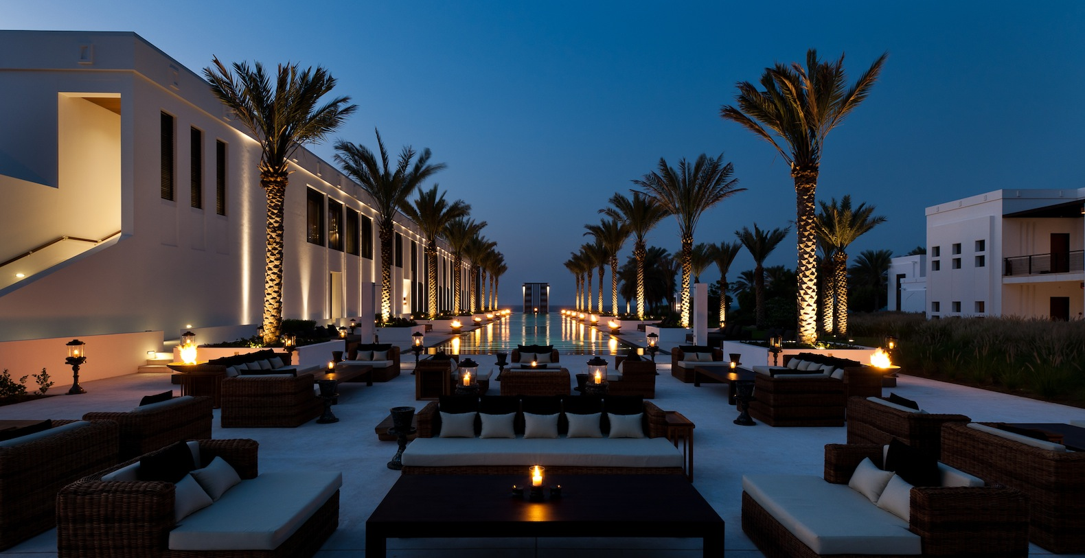 Dining at The Long Pool at The Chedi, Muscat | © The Chedi Muscat