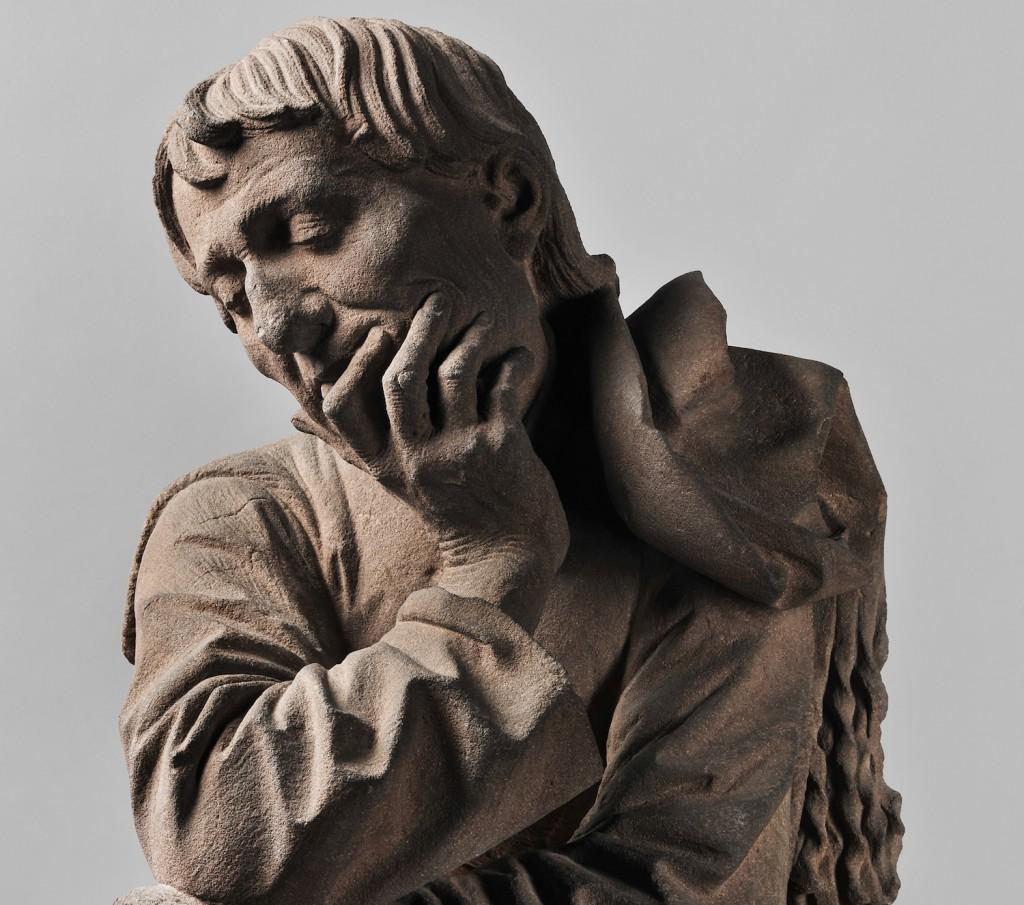 Detail of Man resting on His Elbow by Nicolas de Leyde sculpted before 1467 in local grès rose stone ©Musée de l'Œuvre Notre-Dame / Arts du Moyen-âge. Photo : M. Bertola