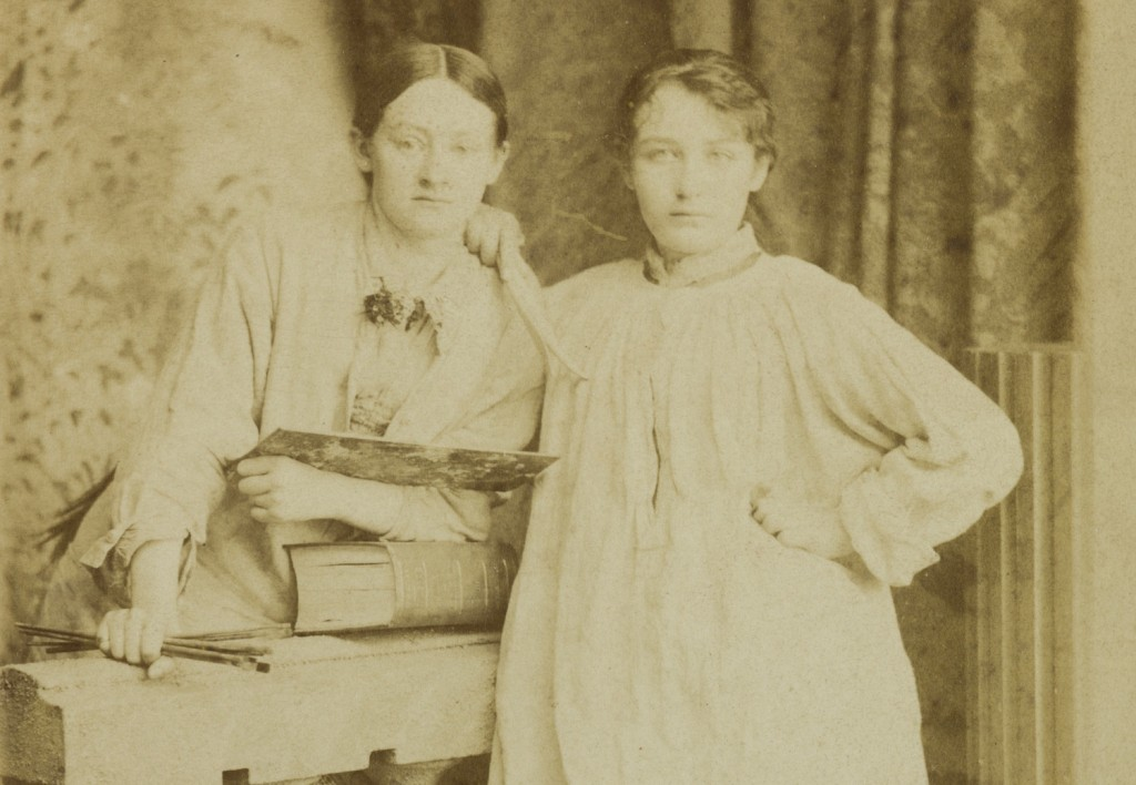 Camille Claudel (right) with her friend Ghita Theuriet in the studio in 1881 © musée Camille Claudel/Marco Illuminati