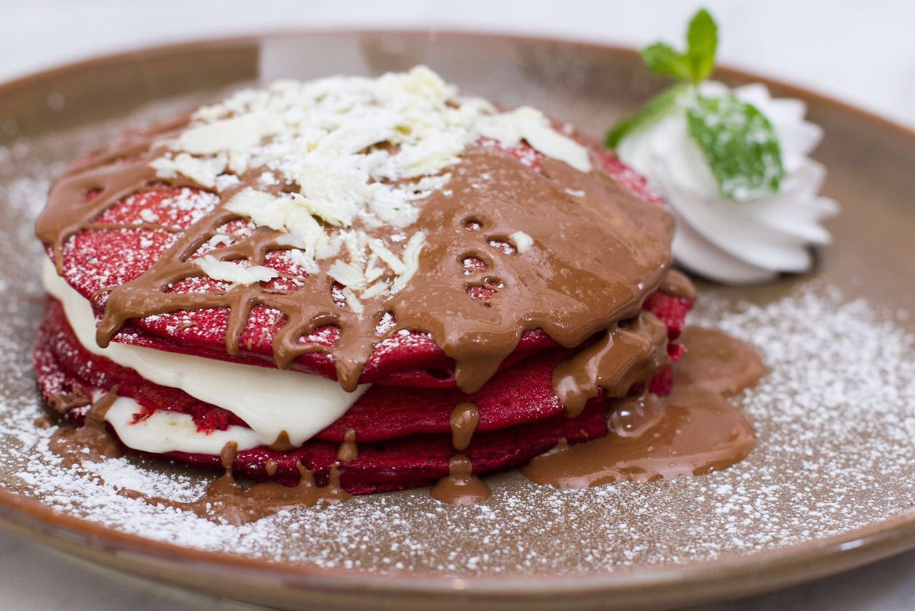 Red Velvet Pancake topped with warm chocolate syrup | © S&H Chocolate Lounge Muscat