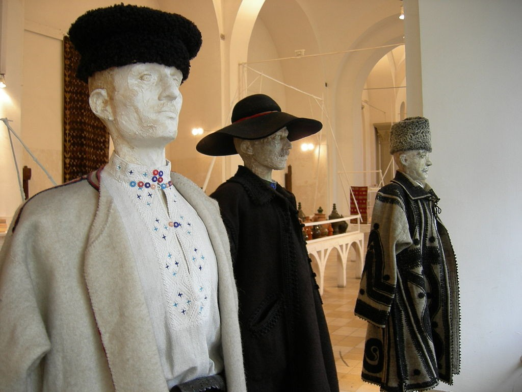 Men's traditional costumes at The Museum of Romanian Peasant Museum| © Joe Mabel / Wikimedia