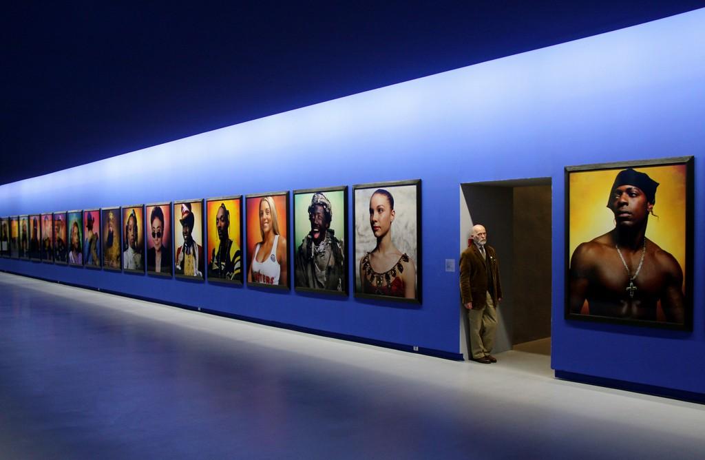 Le Jour ni l'Heure 4387: autoportrait dans la salle Andres Serrano (né en 1950), collection Yvon Lambert, hôtel de Caumont, Avignon │© Renaud Camus / Flickr
