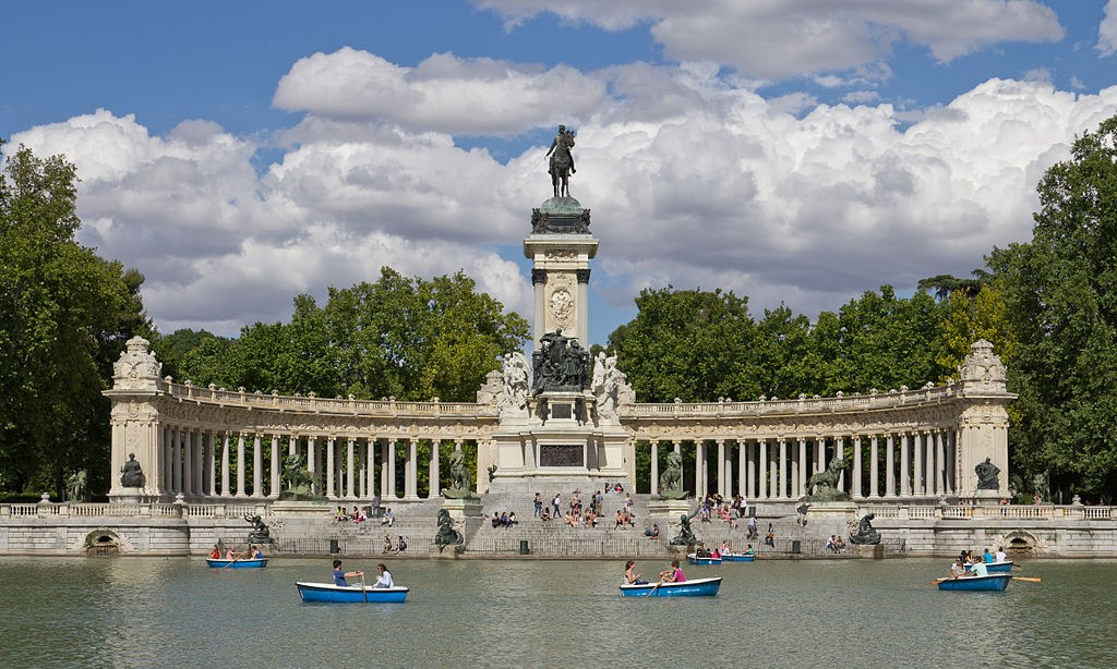 The lake and Alfonso XII monument  © Carlos Delgado/Wikipedia