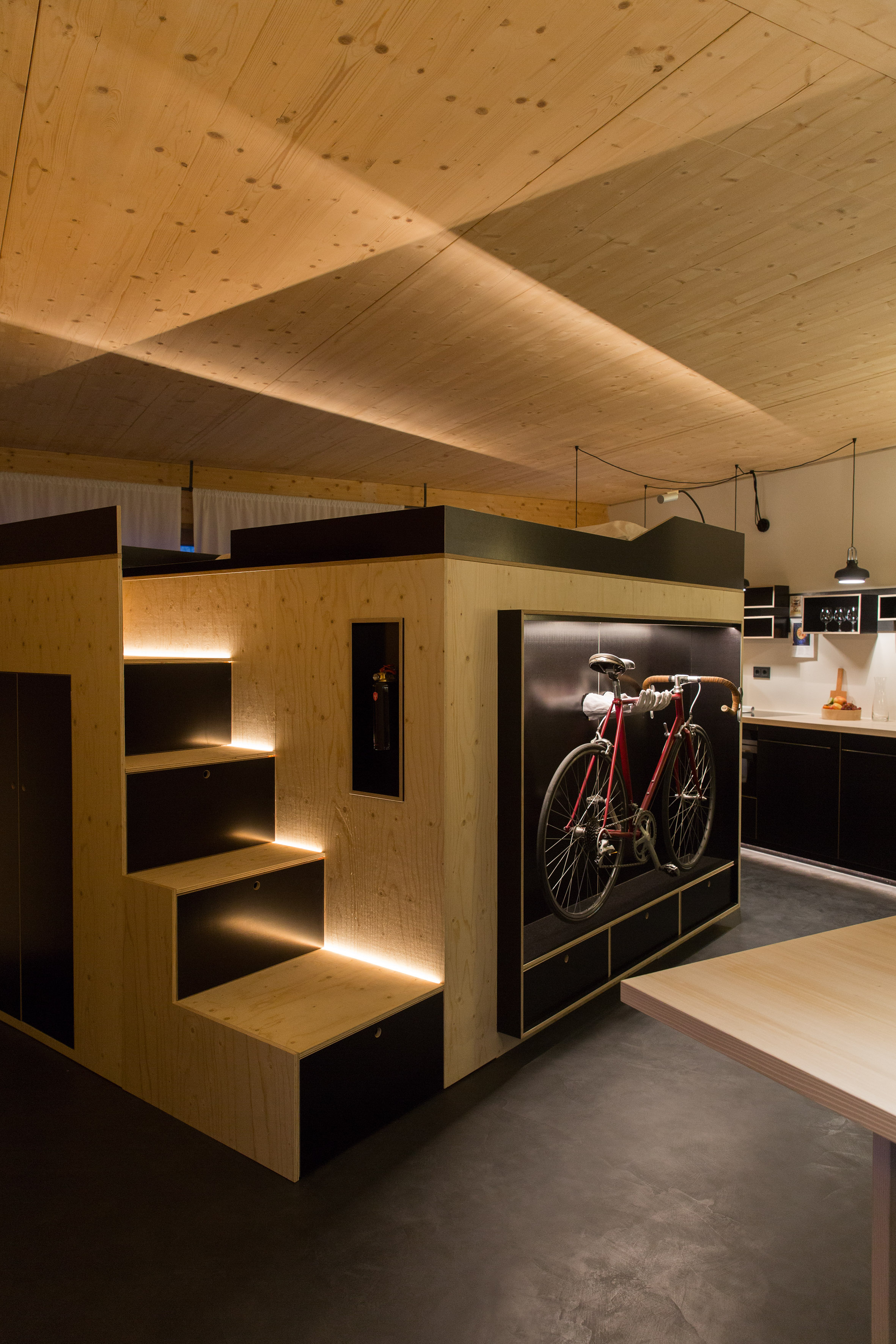 View of the Kammerspiel showing steps to bed and bike storage | © Julia Rotter