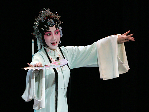 Kunju actress Fengying SHEN performs in Kunju Peony Pavilion on the stage of Peking University Hall in Beijing, China, April 18, 2006. | Bohan_伯韩 Shen_沈 / Wikimedia commons