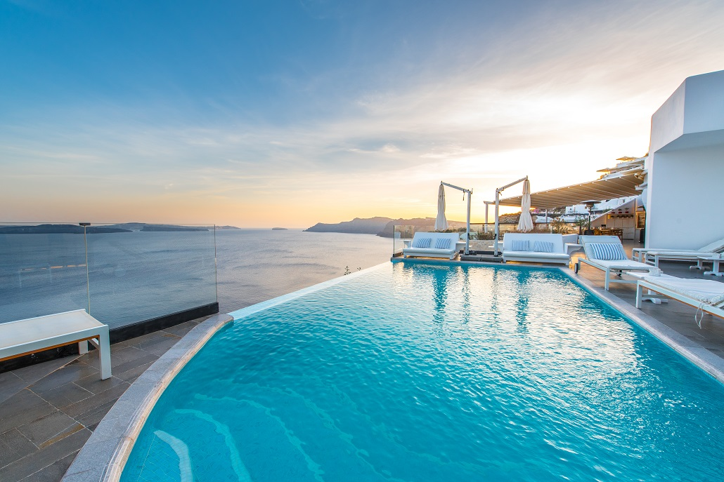 The best luxury hotels in santorini for Hotels in santorini with infinity pools