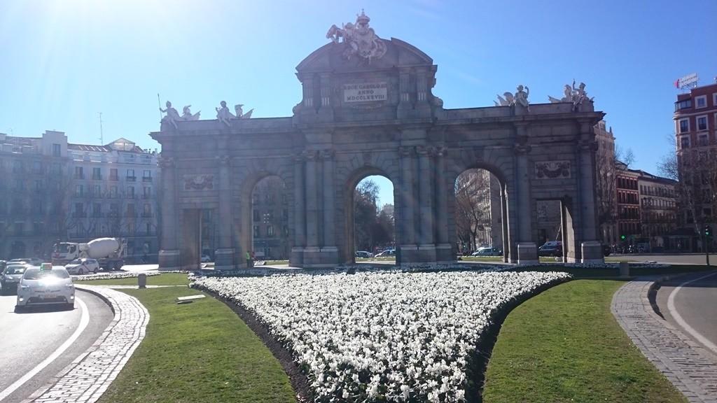The Puerta de Alcalá monument in spring| © Lori Zaino
