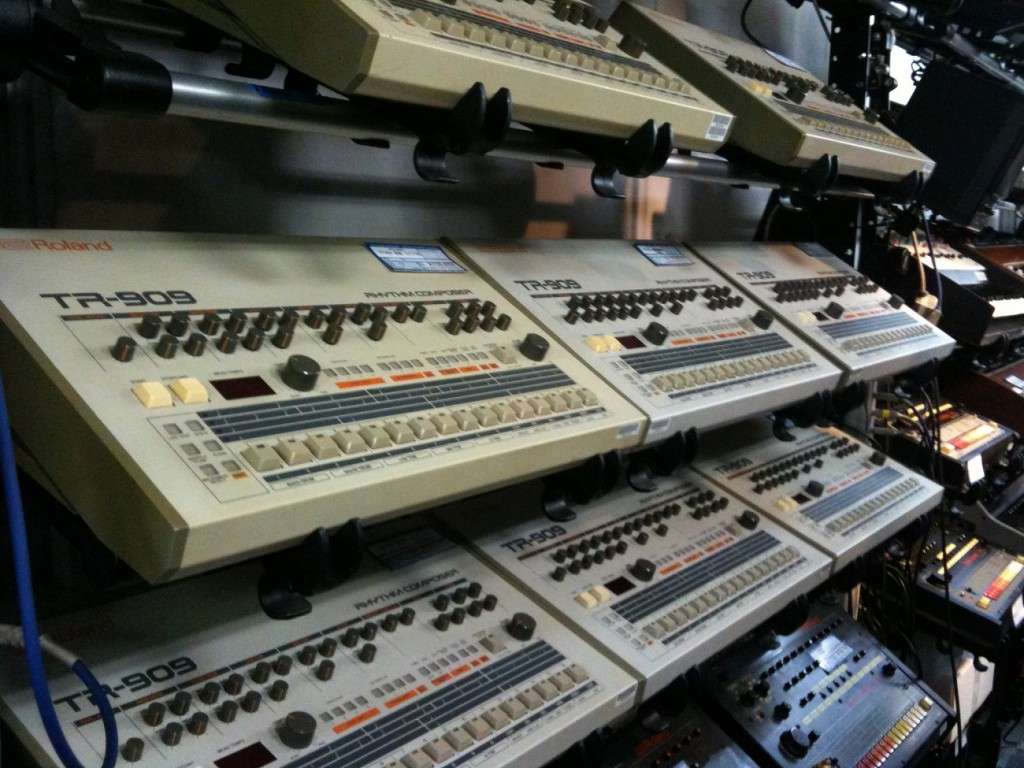 Old synthesizers at Five G Music Technology | © j bizzie / WikiCommons