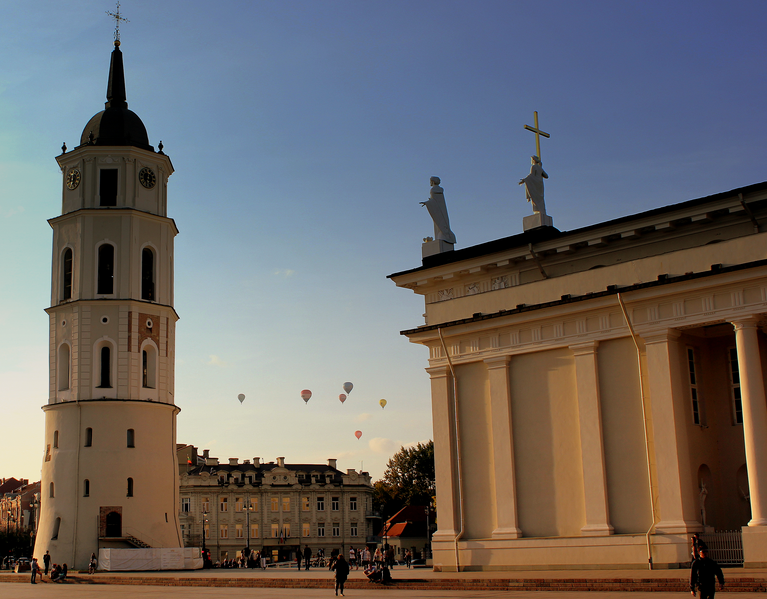 Balloons over Cathedral Square| ©calflier001/Wikimedia Commons