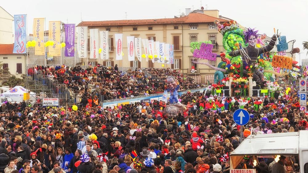 The parade of carnival floats with dancing people on streets of Viareggio | © Onigiri studio / Shutterstock