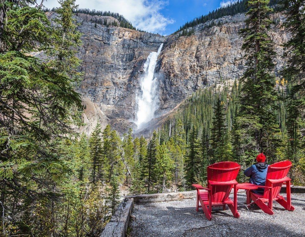 Admiring Takakkaw Falls | © Kavram / Shutterstock