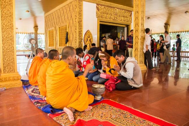 Cambodians give offerings at the temples during Khmer New Year © Vassamon Anansukkasem/ Shutterstock