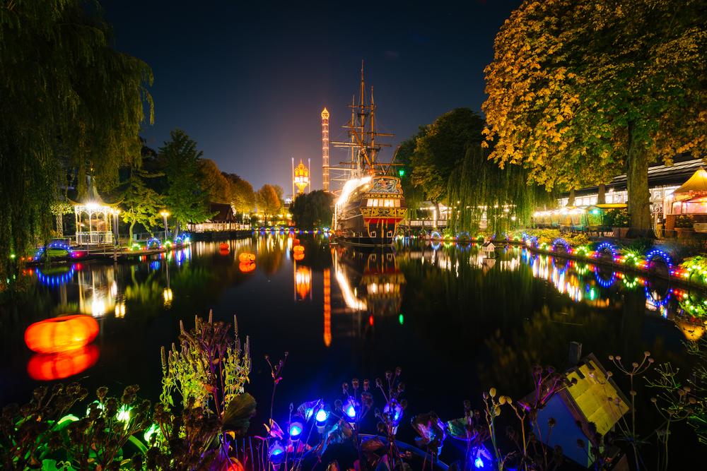 The lake at Tivoli Gardens at night │© Jon Bilous/Shutterstock