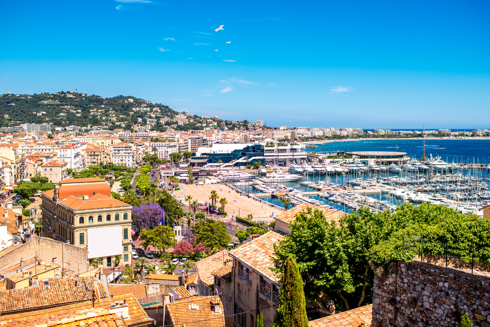 Stroll the entire length of the Croisette, the most famous boulevard in Cannes | © RossHelen/Shutterstock