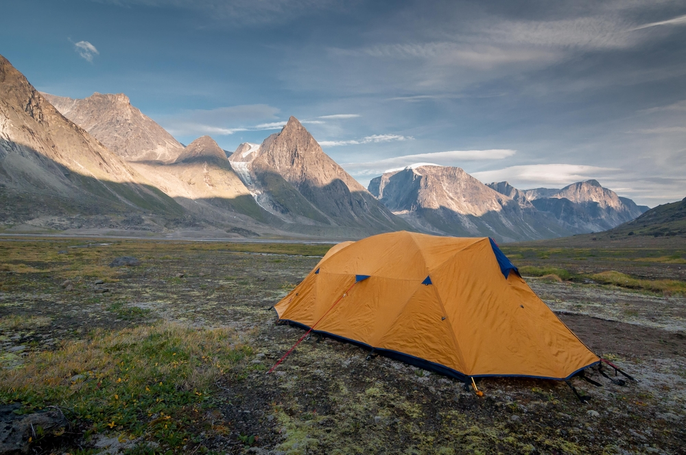 Camping beside Mount Thor | © Manuel Lacoste / Shutterstock